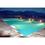 iluminação na piscina